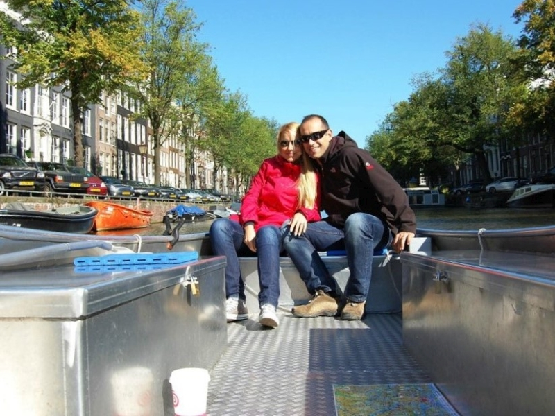 Couple enjoying their Amsterdam boat rental